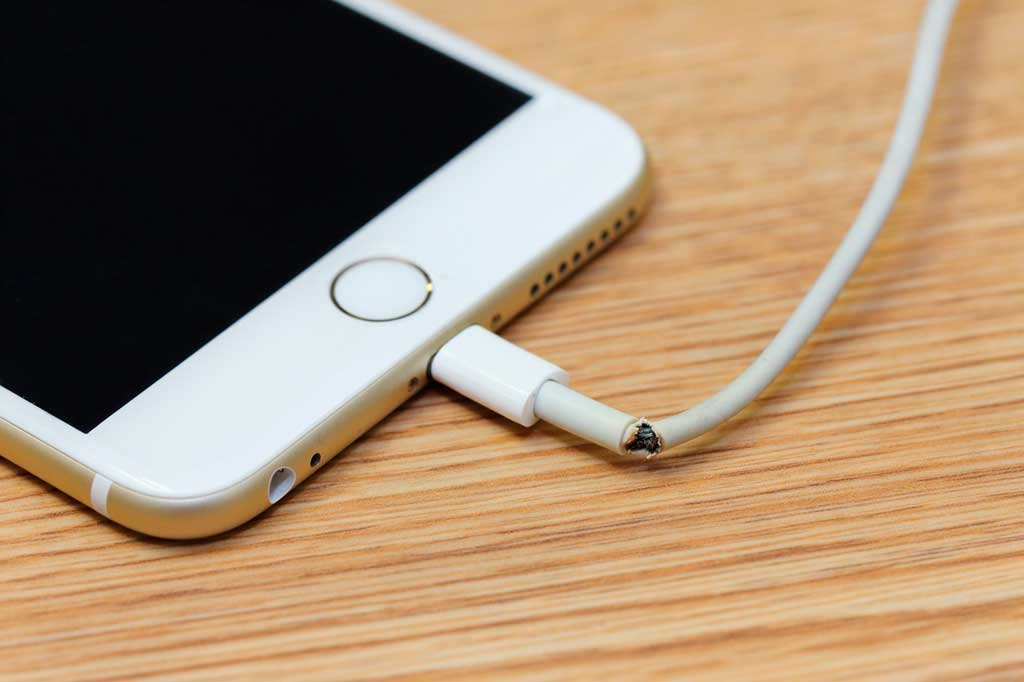 más frecuente es que el problema esté en el cable o en el adaptador de corriente